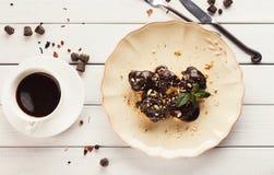 Французские profitroles с листьями замороженности и мяты шоколада Стоковое Изображение
