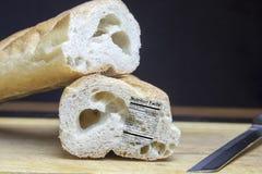 Французский багет с ярлыком питания на деревянном острословии разделочной доски Стоковые Фотографии RF