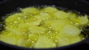 французский варить картофеля фри 4K Картошка в кипя масло Фаст-фуд в ресторане видеоматериал