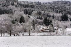 Французский ландшафт деревни под снегом Стоковая Фотография RF
