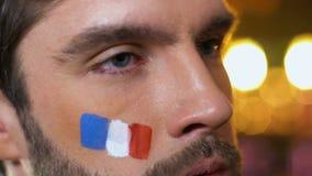 Французский мужской вентилятор делая жест ладони стороны, осадил о любимой безнадежной игре команды сток-видео