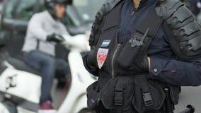 Французский полицейский патрулируя улицу, занятие предохранителя города, безопасность в марселе сток-видео