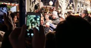 Французский президент Emmanuel Macron на рождественской ярмарке с толпой сток-видео