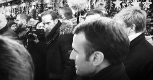 Французский президент Emmanuel Macron на рождественской ярмарке с толпой видеоматериал