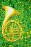 Французский рожочок на зеленом цвете и золоте Стоковое Фото