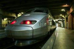 Французский скорый поезд TGV готовый для отклонения на платформе вокзала Парижа Montparnasse Стоковое Изображение RF