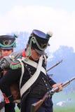 Французский средневековый солдат перезаряжая Стоковые Фото