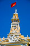 Французский стиль здания в Вьетнаме, Азии Красивый Хошимин Hall Фасад дома с богато украшенным дизайном Контрасты эмблемы революц Стоковые Изображения