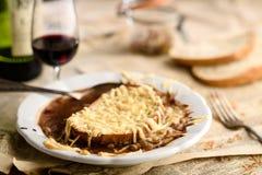 Французский суп лука с гренками хлеба сыра Стоковые Изображения RF