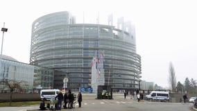 Французский флаг летает на полу-рангоут перед Европейским парламентом видеоматериал