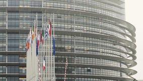 Французский флаг летает на полу-рангоут перед зданием Европейского парламента акции видеоматериалы