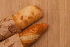 Французский хлебец и итальянское ciabatta в бумажной сумке Стоковое фото RF