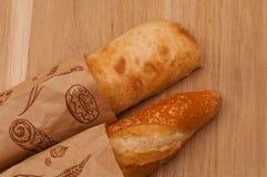 Французский хлебец и итальянское ciabatta на деревянном столе Стоковое Фото