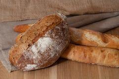 Французский хлеб и 2 багета на предпосылке ткани Стоковое фото RF