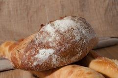 Французский хлеб и 2 багета на предпосылке ткани Стоковые Изображения