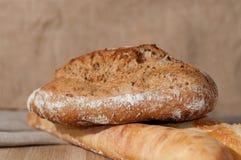 Французский хлеб и 2 багета на предпосылке ткани Стоковое Изображение RF