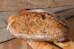 Французский хлеб и 2 багета на предпосылке ткани Стоковые Фото