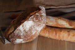 Французский хлеб и 2 багета на предпосылке ткани Стоковое Изображение