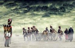 Французский grenadier наблюдая наполеоновских солдат и женщин маршируя и вытягивая карамболь в простой земле, сельской местности  Стоковое Изображение RF