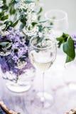 французское белое вино - винодельня, точный обедать и концепция торжества стоковое фото rf