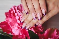 Французское искусство ногтя в фиолетовом цвете Стоковые Изображения RF