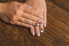 Французское искусство ногтя в черно-белом с пальмой Стоковые Изображения RF