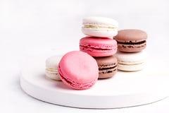 Французское красочное Macarons красочное пастельное Macarons на белом пинке Whitr предпосылки и Брайне Macaron Стоковые Изображения RF