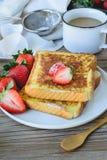 Француз провозглашанный тост с клубникой и кофе, завтракает здоровый Стоковые Изображения
