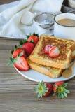 Француз провозглашанный тост с клубникой и кофе, завтракает здоровый Стоковые Фото