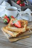 Француз провозглашанный тост с клубникой и кофе, завтракает здоровый Стоковое Изображение