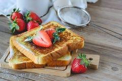Француз провозглашанный тост с клубникой и кофе, завтракает здоровый Стоковое фото RF