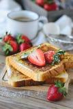 Француз провозглашанный тост с клубникой и кофе, завтракает здоровый Стоковая Фотография RF
