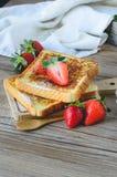 Француз провозглашанный тост с клубникой и кофе, завтракает здоровый Стоковое Фото