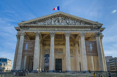Француз сигнализирует мух гордо над пантеоном в Париже Стоковое Изображение