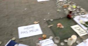 Француз сигнализирует окруженный свечами и сообщениями после того как нападения Парижа сток-видео