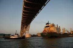 Фрахтовщик груза выходя порт в Техас стоковое фото rf