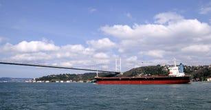 фрахтовщик istanbul моста bosphorus вниз Стоковые Изображения RF