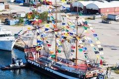 Фрегат пирата с красочными флагами Стоковые Изображения RF