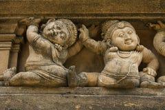 Фриз карликов на буддийском фасаде здания Стоковое Изображение RF