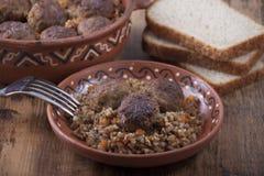 Фрикадельки с кашой гречихи в блюде Стоковая Фотография