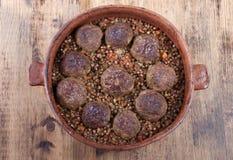 Фрикадельки с кашой гречихи в глине формируют для печь Стоковая Фотография RF