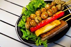 Фрикадельки в соусе chili на деревянной белизне Стоковая Фотография