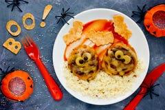 Фрикадельки мумии с кускус - идеей обедающего хеллоуина для детей Стоковые Фотографии RF