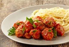 Фрикадельки с томатным соусом и спагетти стоковое изображение