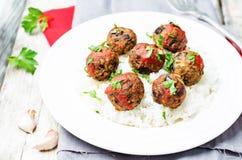 Фрикадельки vegan белых фасолей баклажана с томатным соусом и рисом Стоковая Фотография RF