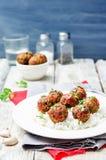 Фрикадельки vegan белых фасолей баклажана с томатным соусом и рисом Стоковое Изображение