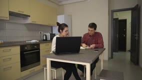 Фрилансеры обсуждают проект дома в кухне акции видеоматериалы