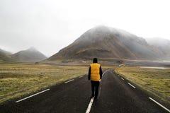 Фрилансер Гая туристский идя вниз с дороги в долине th стоковые фотографии rf