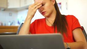 Фрилансер женщины обтирает ее глаза, носит стекла и продолжает работать Удаленная занятость, работа в офисе акции видеоматериалы