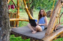 Фрилансер женщины работая на компьтер-книжке, внешней Стоковые Фото